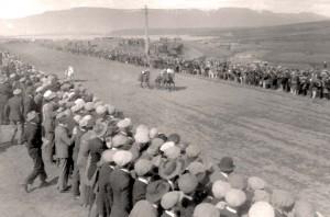 Kappreiðar á vellinum við Elliðaár árið 1927. Ekki hefur skort áhugann hjá borgarbúum.